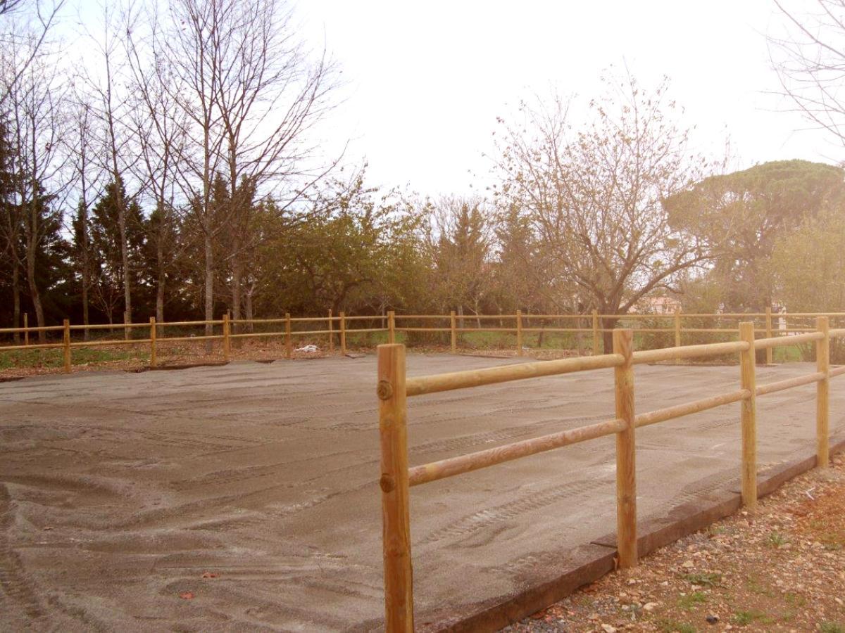 Réalisation d'un boulodrome avec des barrières en piquets bois